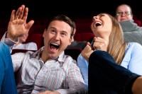 Paar und andere Leute im Kino